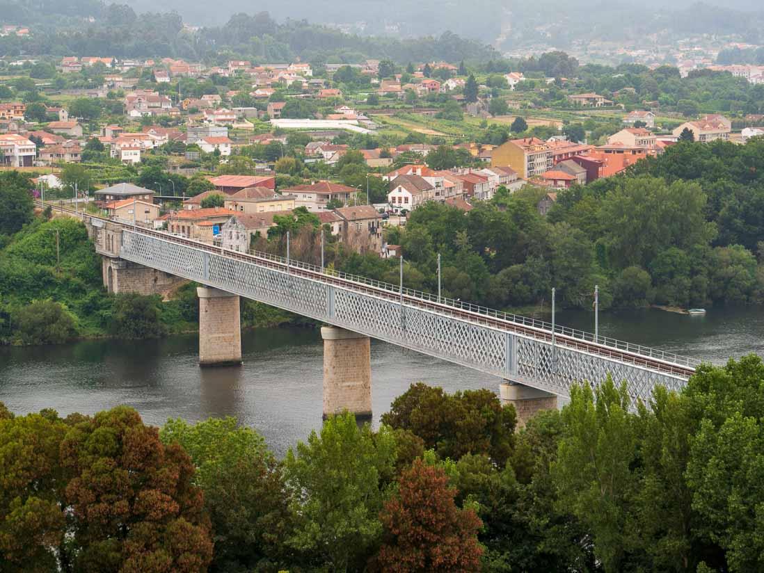 スペインとポルトガルの国境を流れるミーニョ川に架かる橋