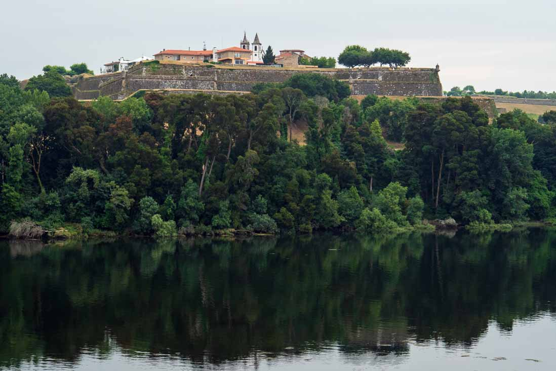 ミーニョ川のスペイン側から見た城郭都市バレンサ(ヴァレンサ)