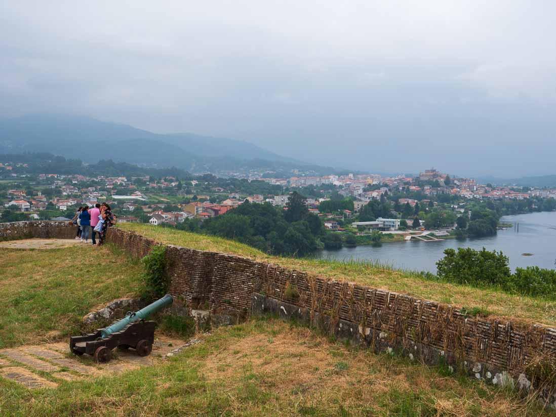 城郭都市ヴァレンサ(バレンサ)からミーニョ川を挟んで対岸の町トゥイに大砲が向けられている