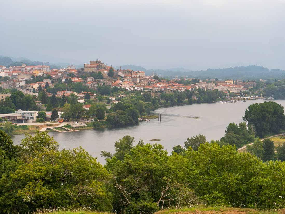 バレンサ(ヴァレンサ)から対岸の町トゥイの全容を眺める