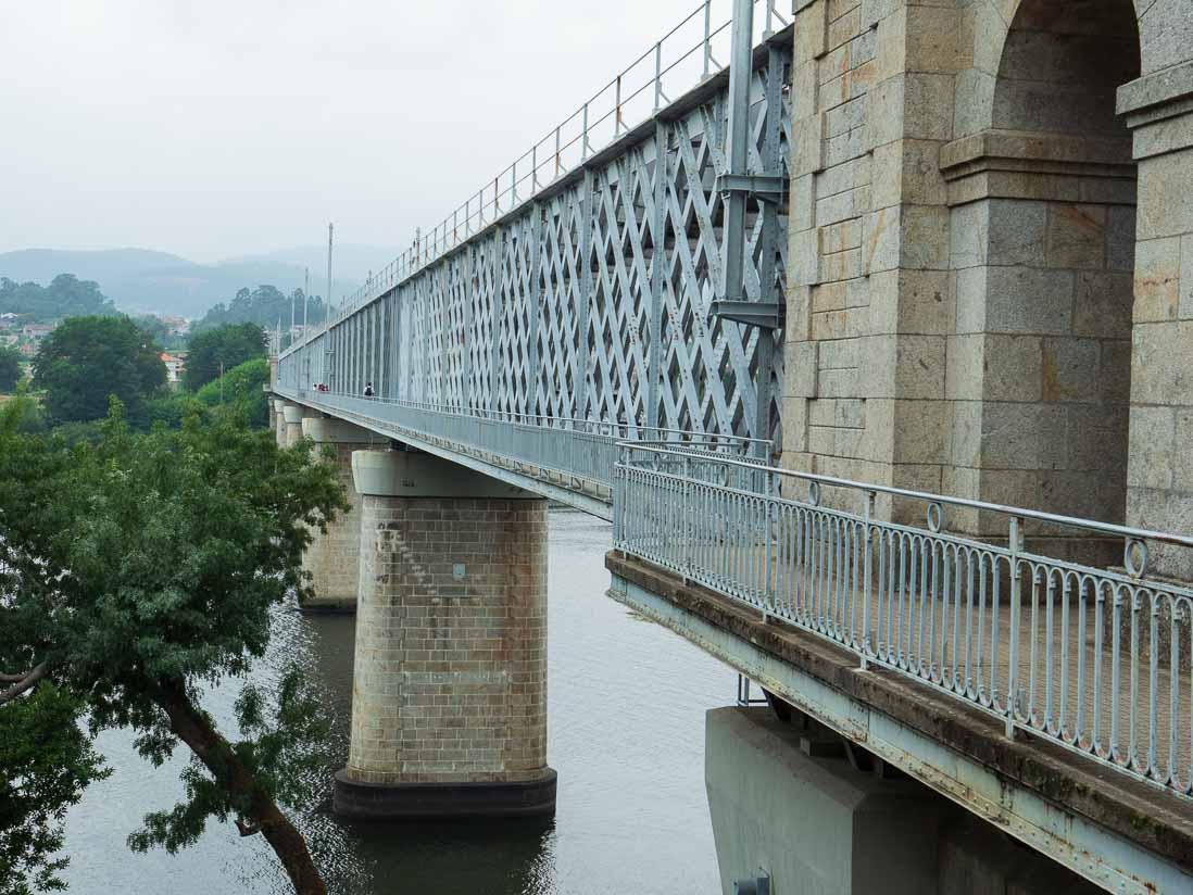 スペインとポルトガルの国境を流れるミーニョ川に架かる橋の歩道部分