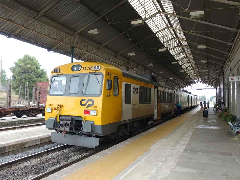 バレンサ駅に到着したポルトガル鉄道の急行列車