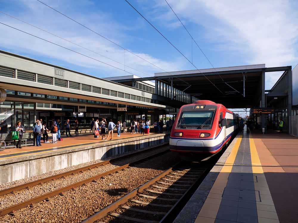 Aveiro駅の高速鉄道アルファ