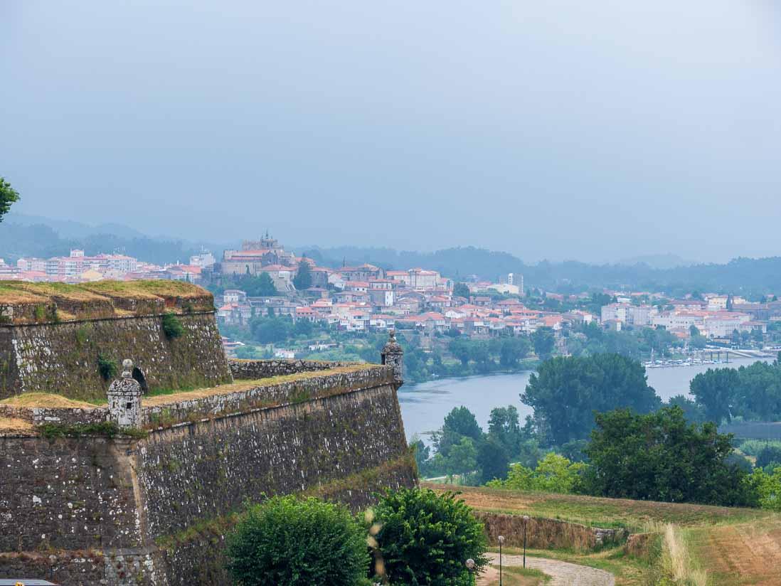 城郭都市ヴァレンサ(バレンサ)からミーニョ川を挟んで対岸の町トゥイを眺める