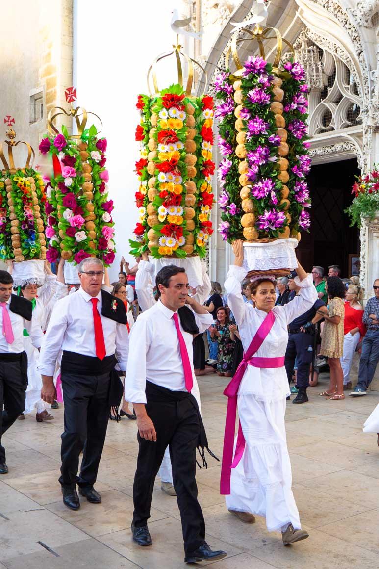 タブレイロを頭に乗せてサン ジョアン バプティスタ教会前を行進する女性
