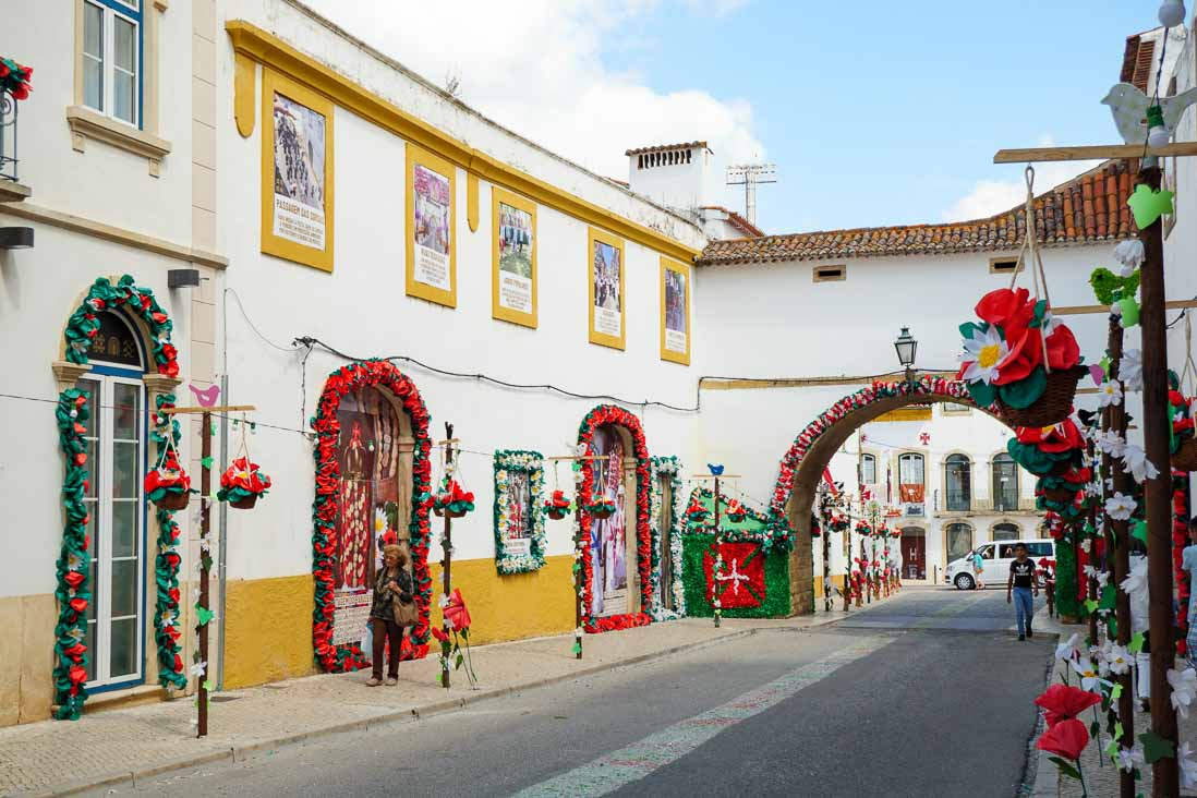 タブレイロスの祭りで飾り付けされた町の様子