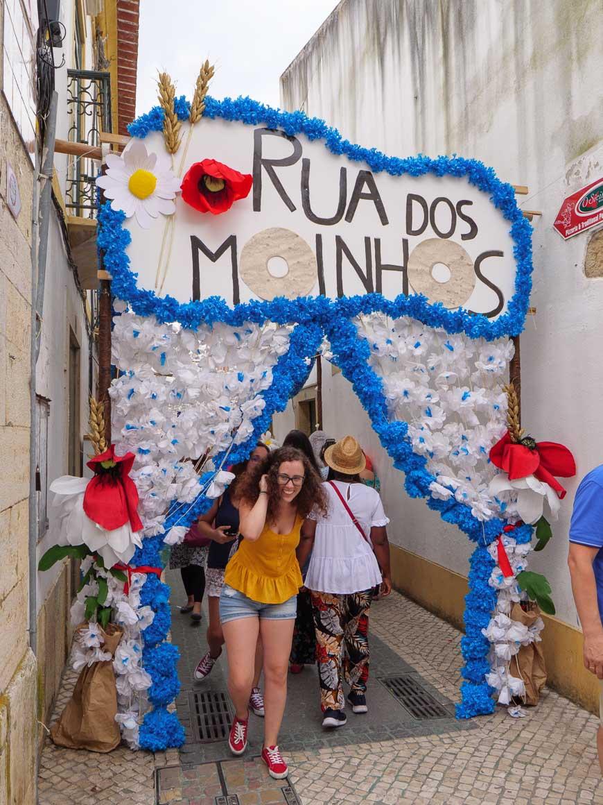 花で飾られた門が設置された通り
