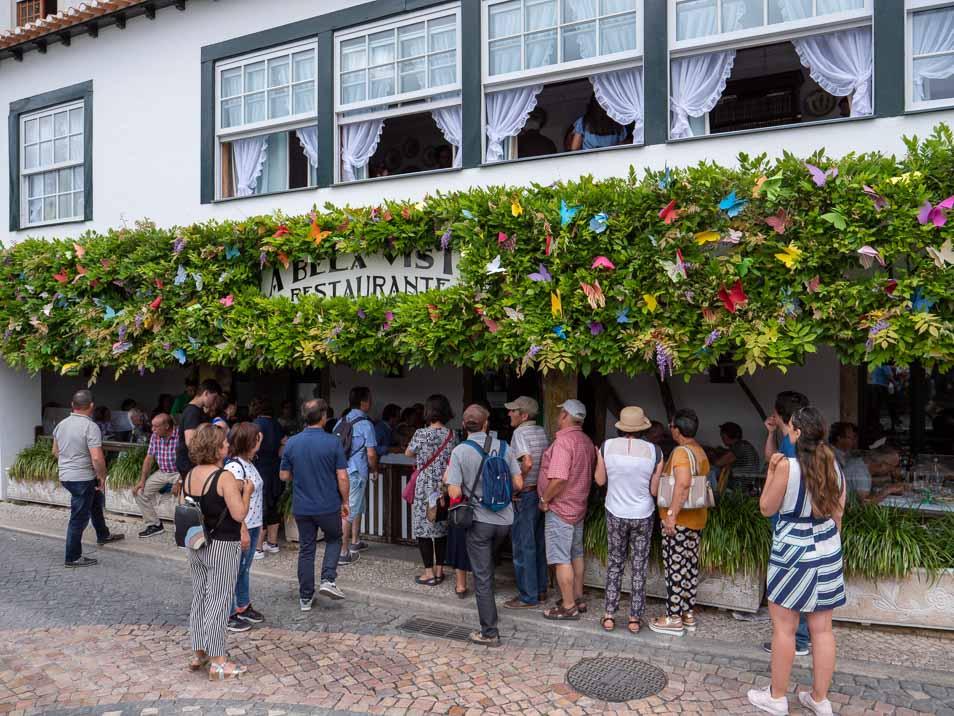長い行列が出来たレストランはここにもあった