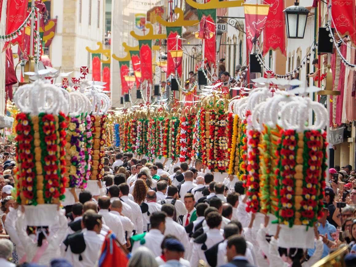 トマールのタブレイロスの祭りでお供えを頭に乗せて歩く女性たちがレプブリカ広場へ行進する様子を後ろから撮影した写真