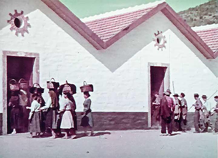 昔のポルトガルの女性は荷物を頭に乗せて歩いた