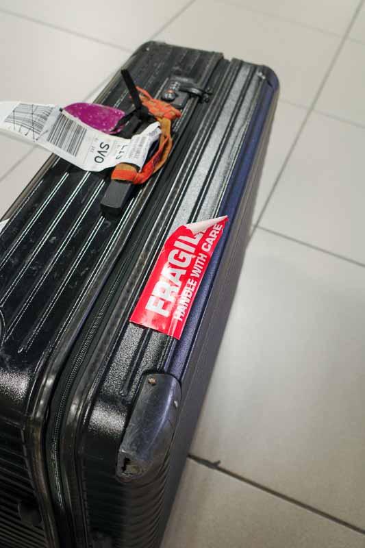 リスボン空港で預け荷物のスーツケースを受けとった