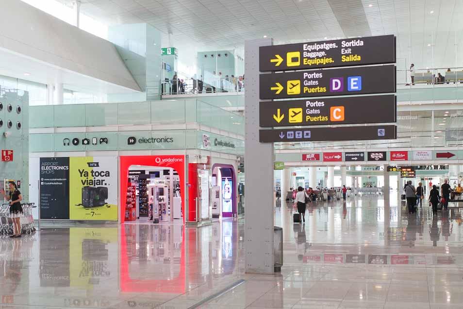 バルセロナ エルプラット空港にあるボーダフォンのSIMを買える店 Crystal電気店