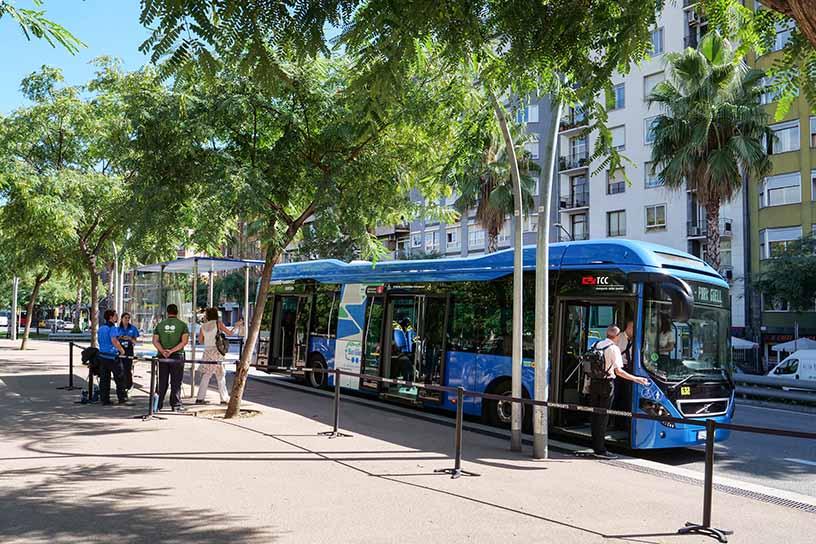 Alfons X駅の停留所にとまるグエル公園行きシャトルバス