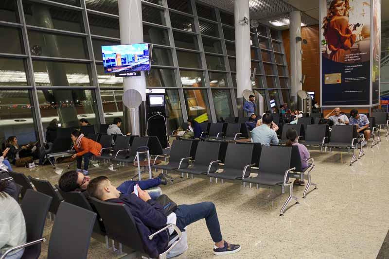 モスクワ シェレメチェボ II 空港のフロアで夜を明かす旅客たち