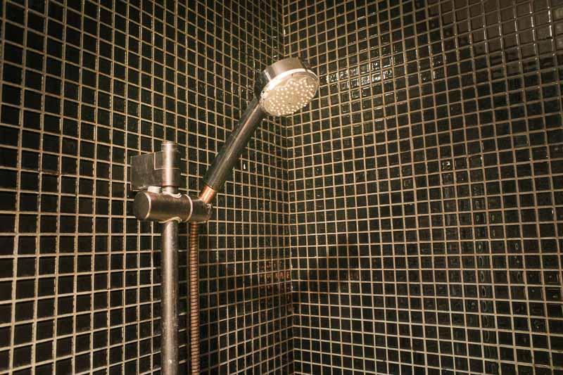 カプセルホテル内のシャワー