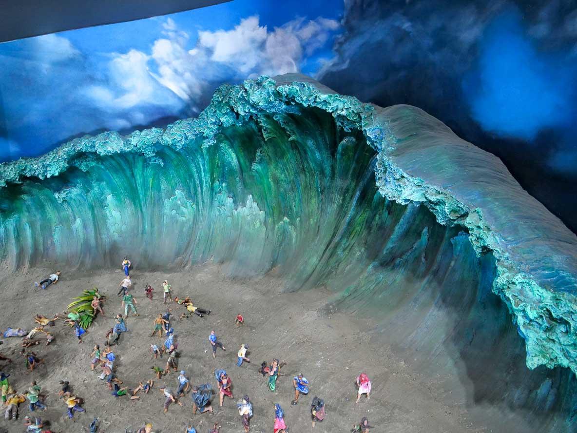 ツナミ博物館に展示される、人々が津波にのみ込まれるジオラマ
