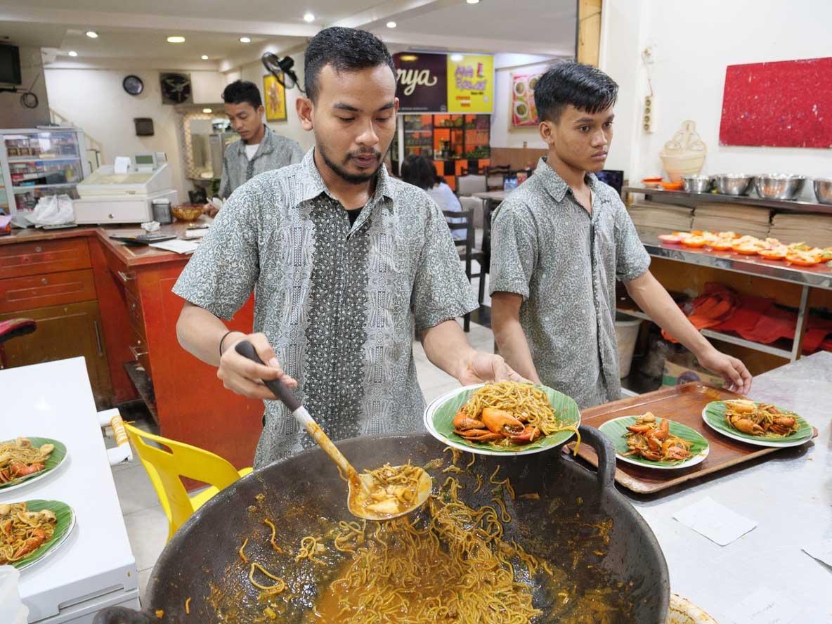 バンダアチェで一番おいしい麵食堂 Mie Razaliで麵を茹でるコックさん
