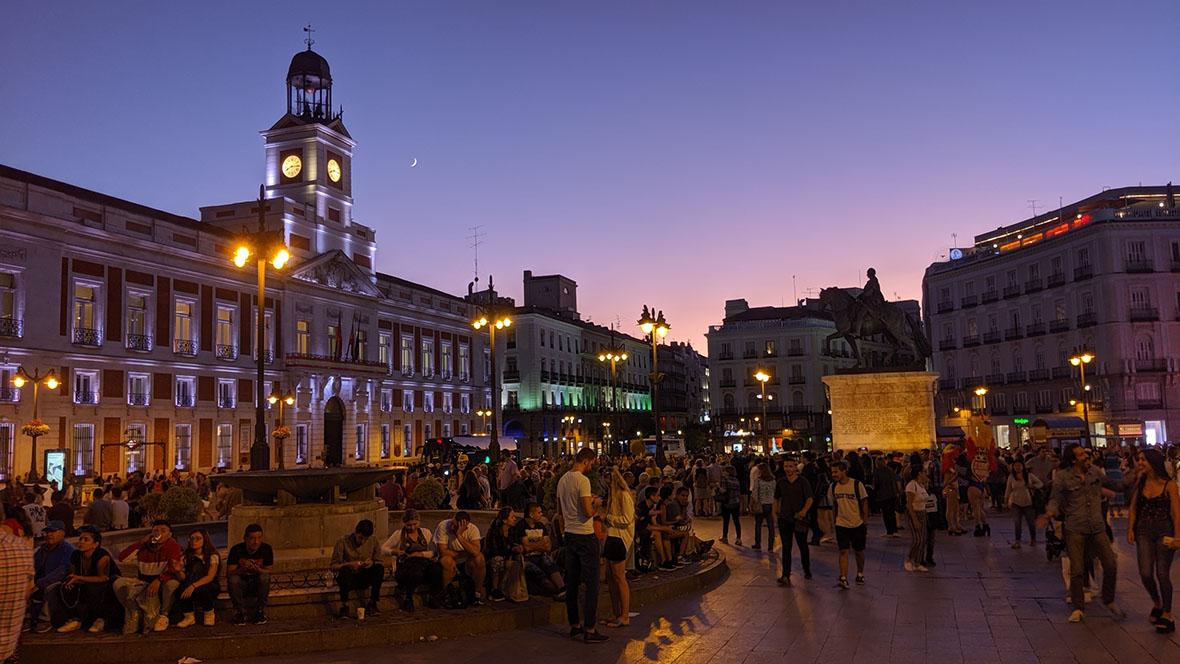 マドリードのSOL広場の夕景をGoogle Pixel 3aの夜景モードで撮影した写真