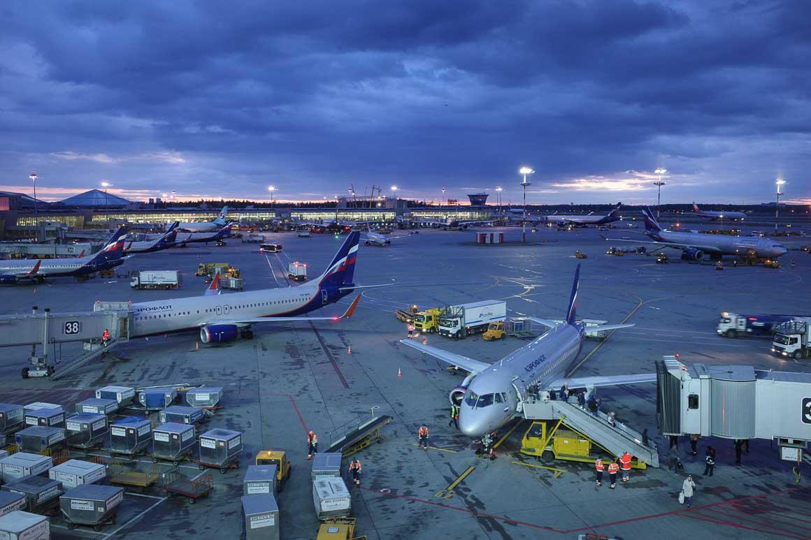 モスクワ シェレメチェボ II 空港に駐機する各国の旅客機