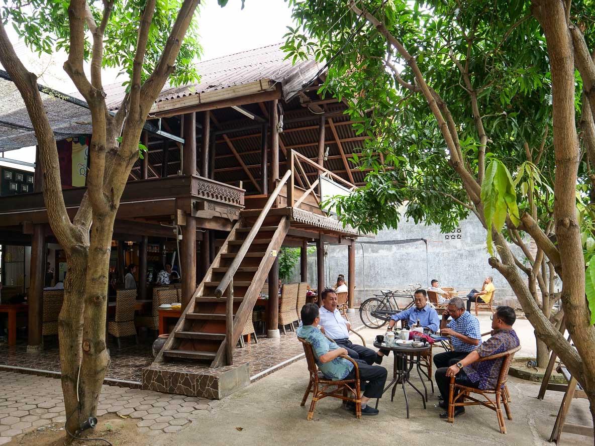スマトラのバンダ アチェにあるコーヒー店Rumoh Aceh