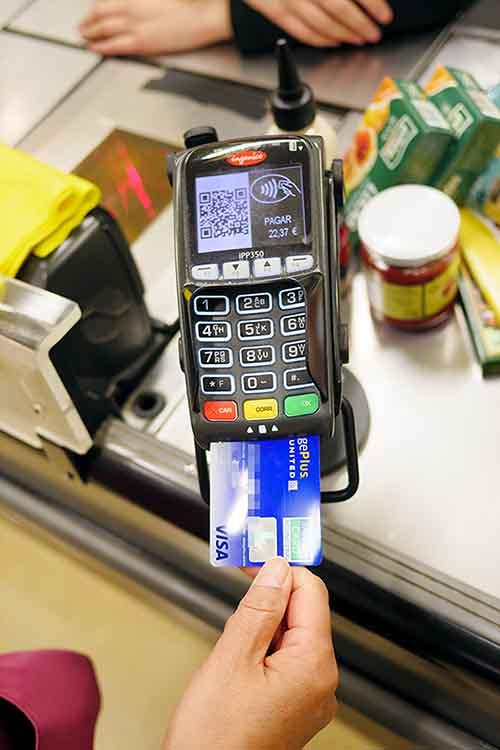 スーパーのレジでクレジットカードで支払う