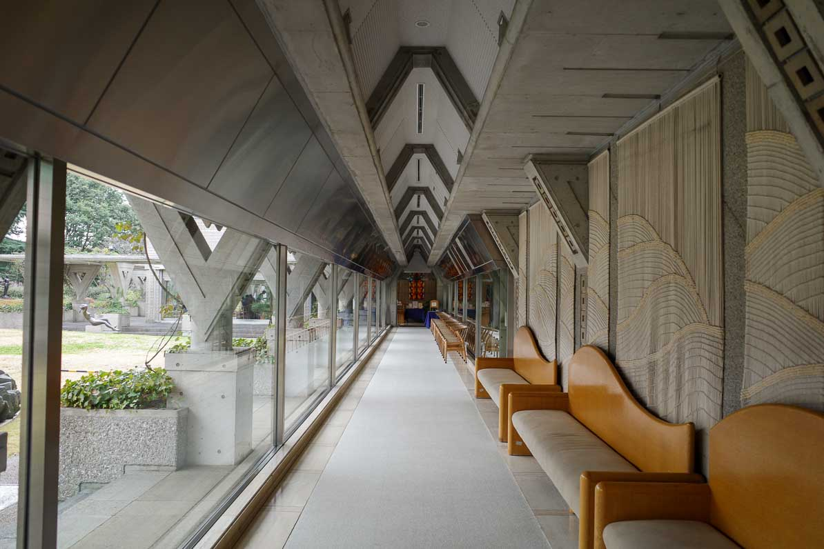 世田谷美術館からレストランへ続く廊下