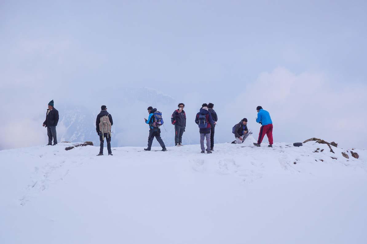 雪の上のネパール人トレッカーたち