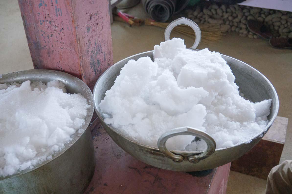 氷をストーブで溶かす