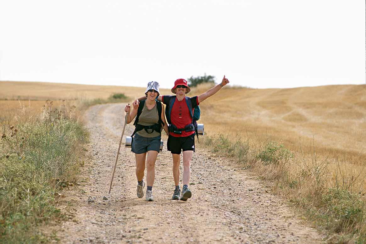 サンティアゴ・デ・コンポステーラの巡礼路のひとつ、フランスの道を歩く巡礼者のカップル