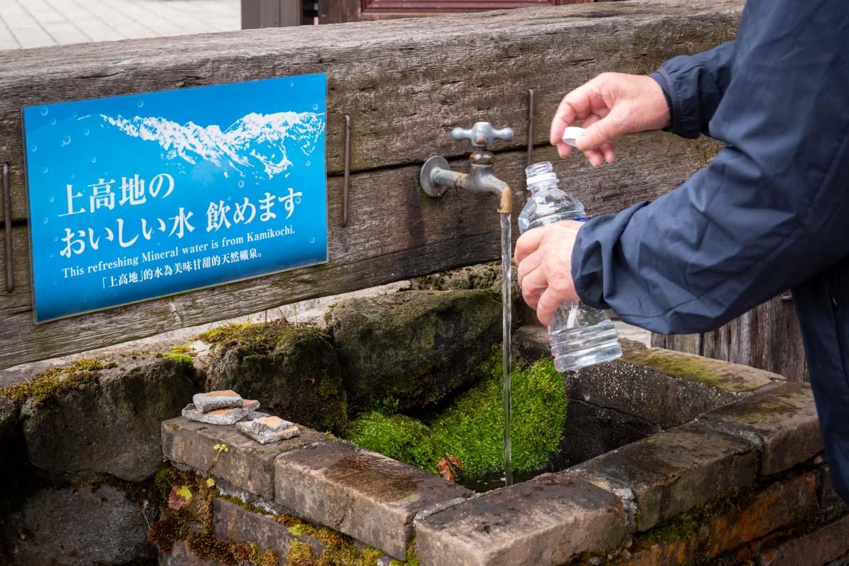 河童橋のたもとで上高地のおいしい水が汲める