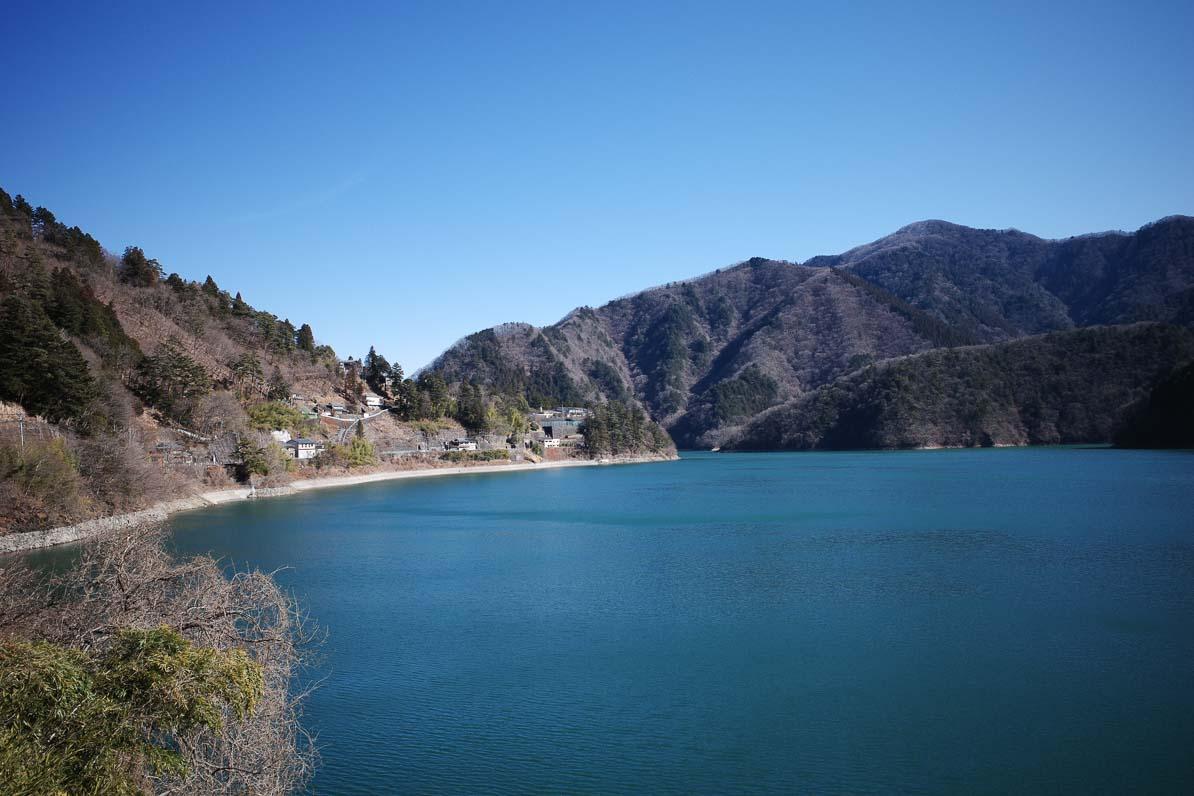 碧色に輝く奥多摩湖は、鬼滅の刃の竈門炭治郎くんの出身地、雲取山の近くにある碧色の湖