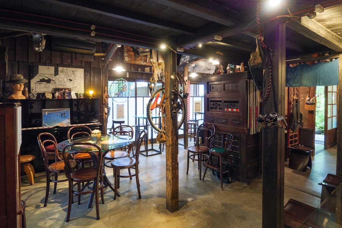 昭和レトロな家具が置いてある金崎本店は、阿左美冷蔵の二代目が建てた自宅でもあった