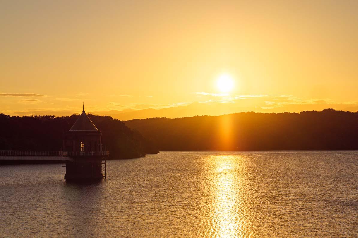 狭山湖と貯水塔、遠くに沈む夕日