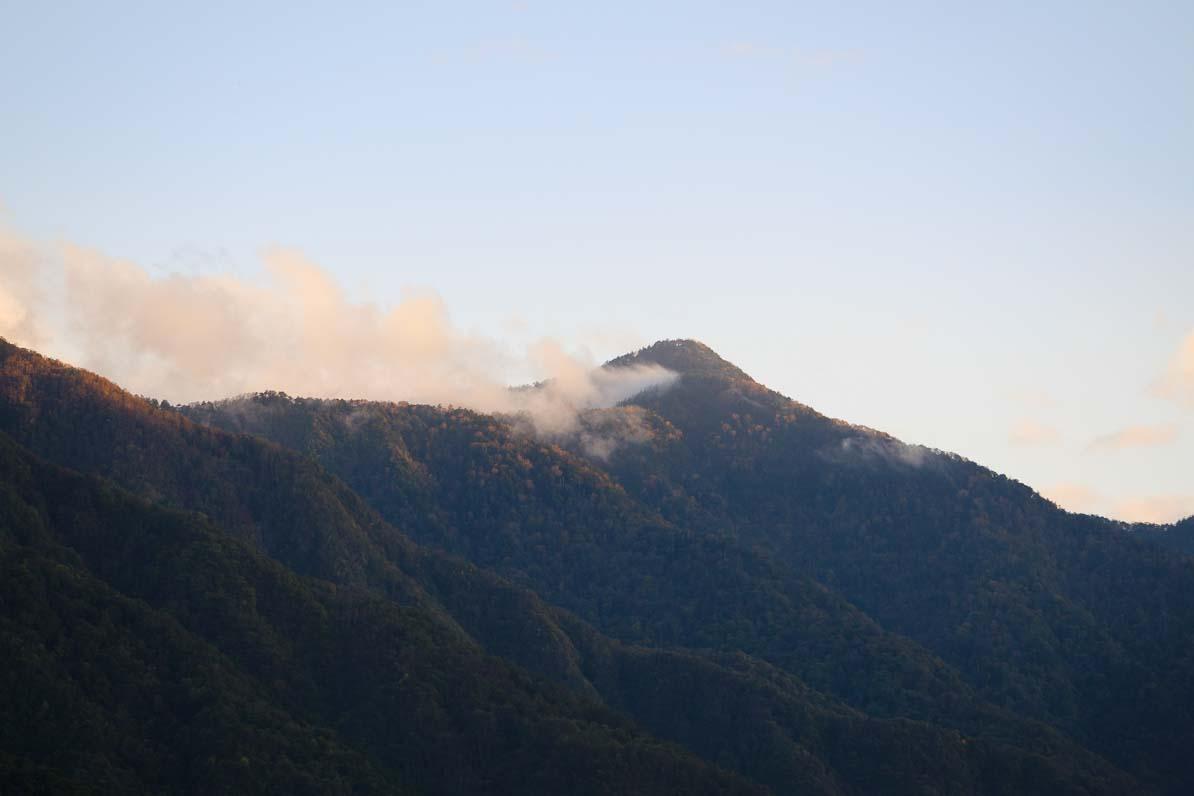 三峰神社から見た雲取山