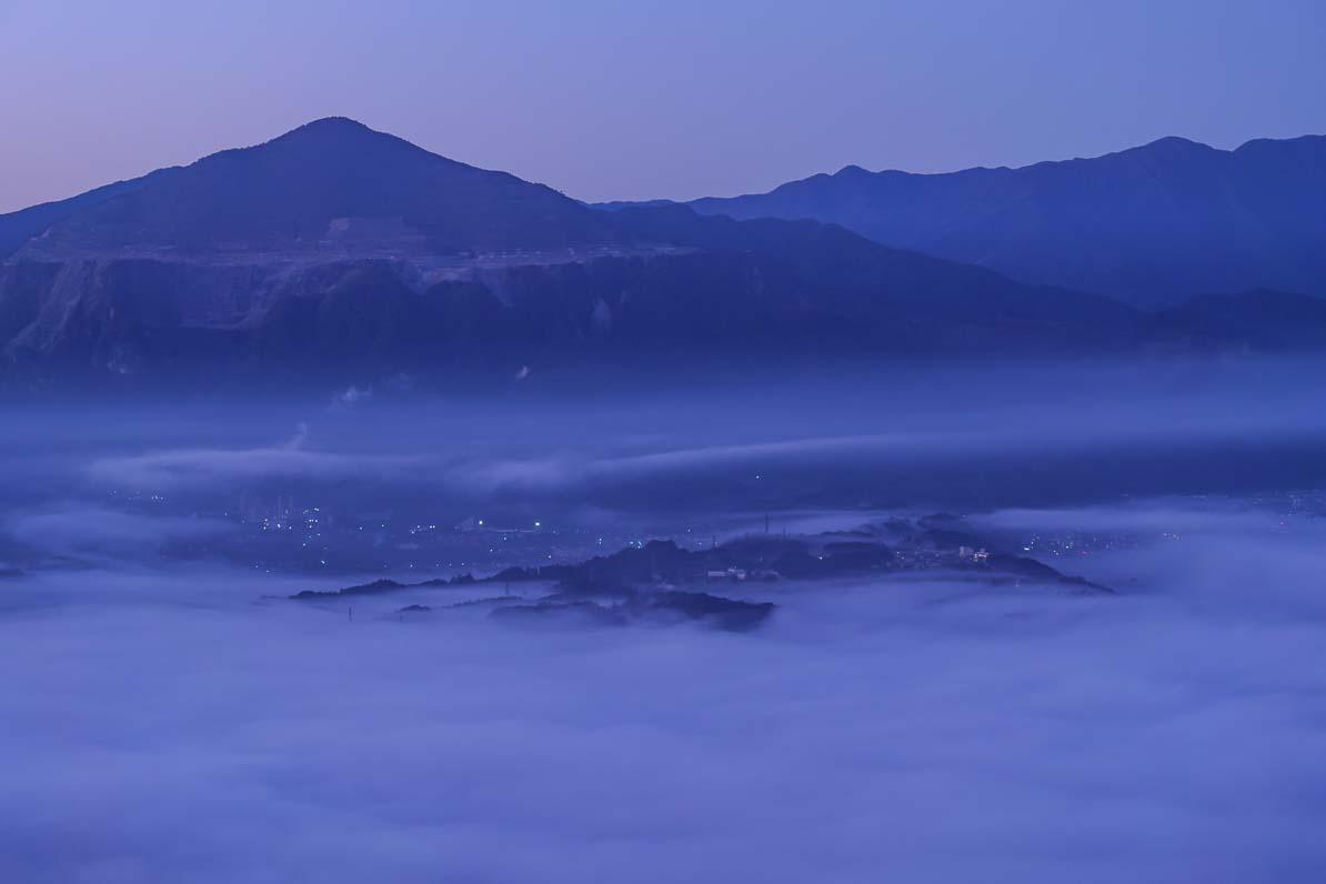 秩父市の美の山公園から見た雲海と武甲山と羊山公園