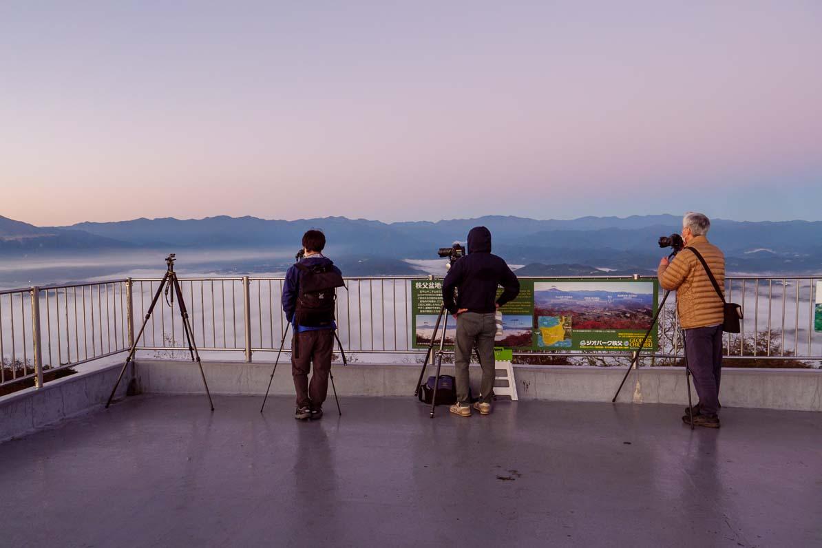 秩父市の美の山公園から見た雲海を撮影するカメラマンたち