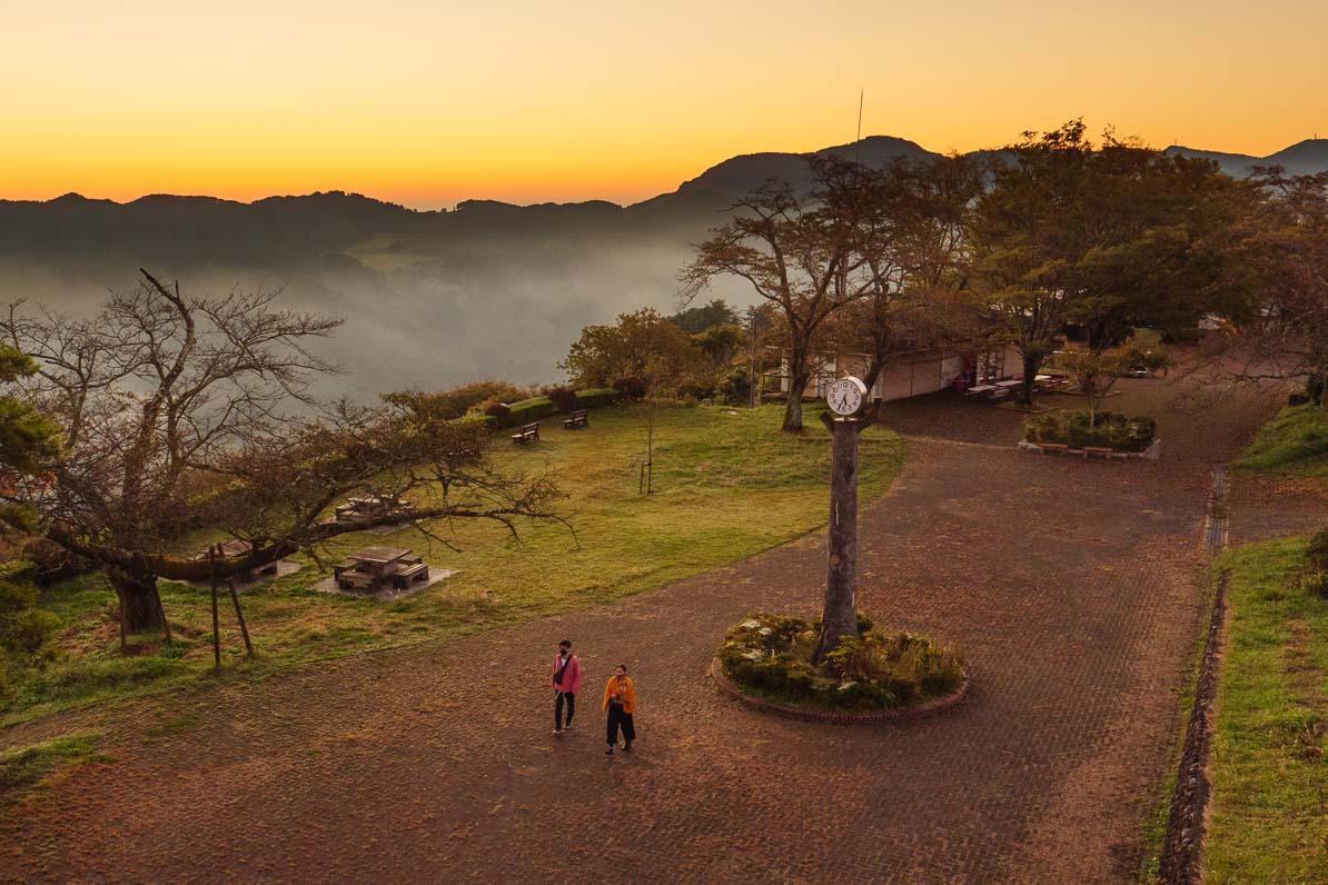 美の山公園に雲海を見に来るカップル
