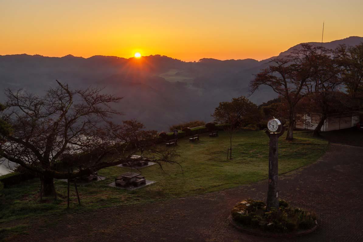 秩父市の美の山公園に朝日が差しこむ