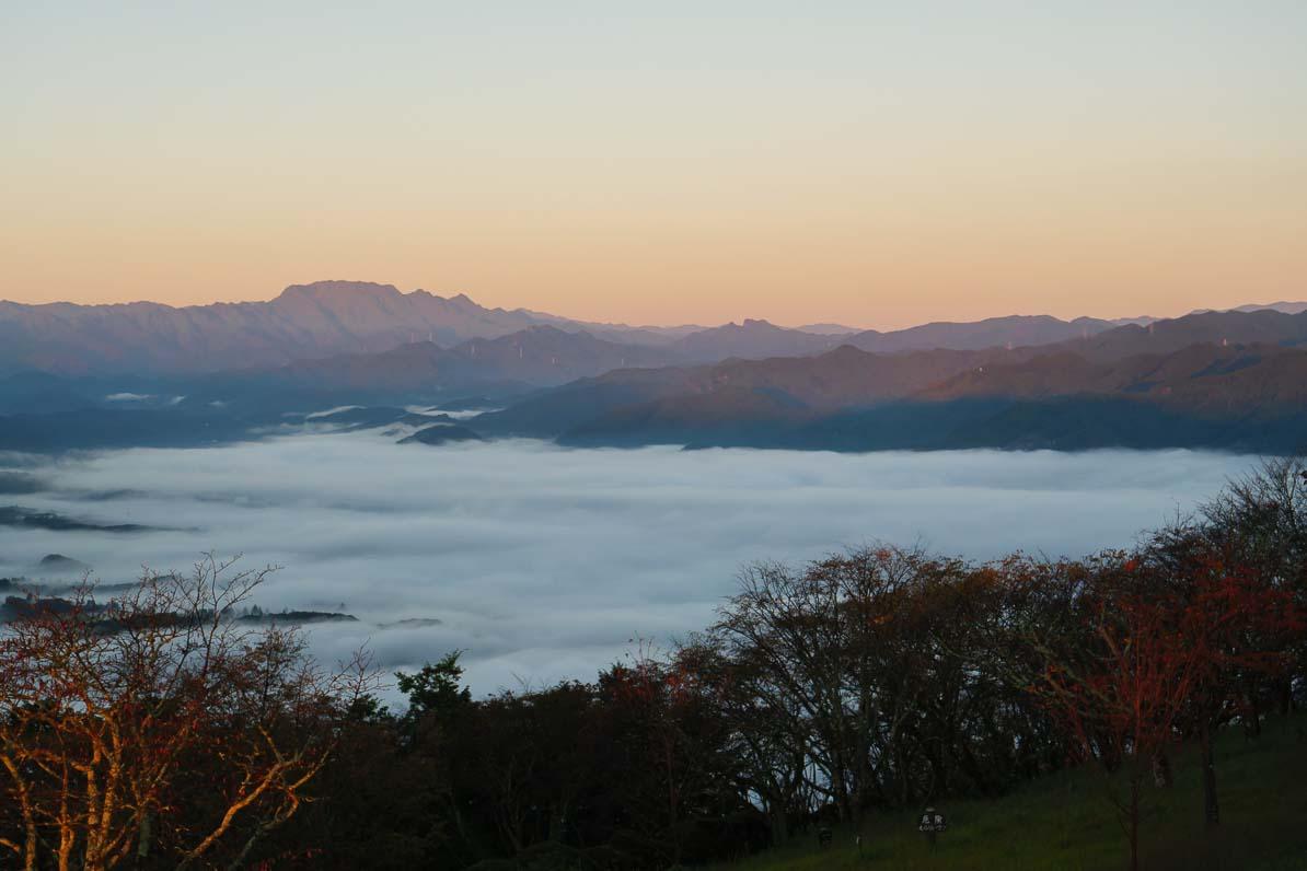 秩父市の美の山公園から見た小鹿野町と両神山方向の雲海