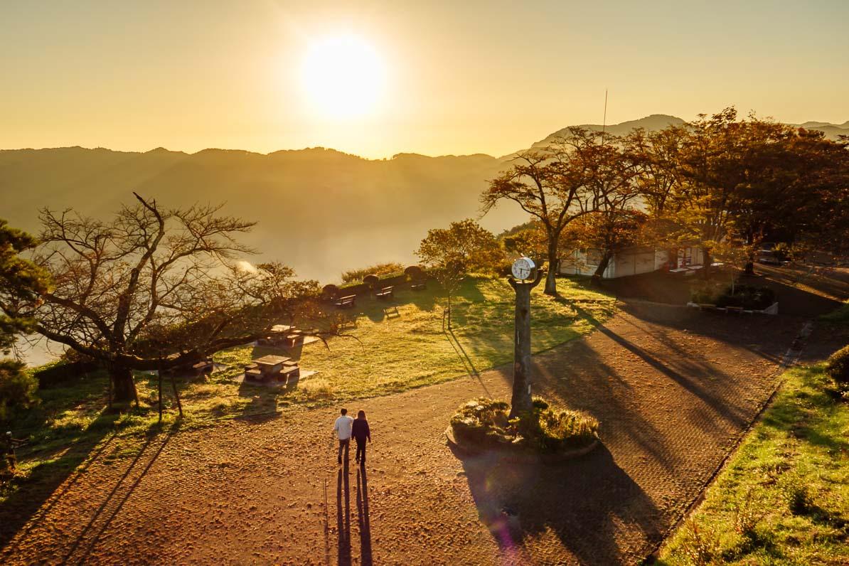 秩父市の美の山公園で雲海を見終えて帰宅するカップル