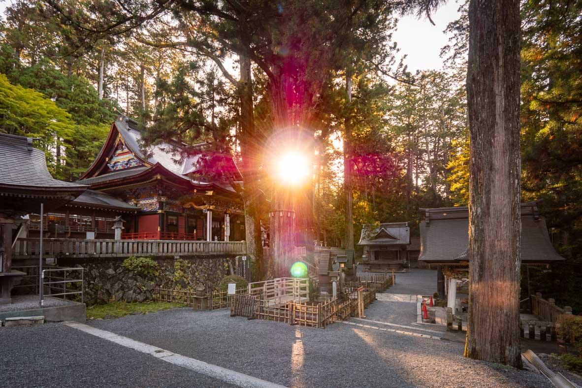 三峰神社の赤い十字架とオーブ