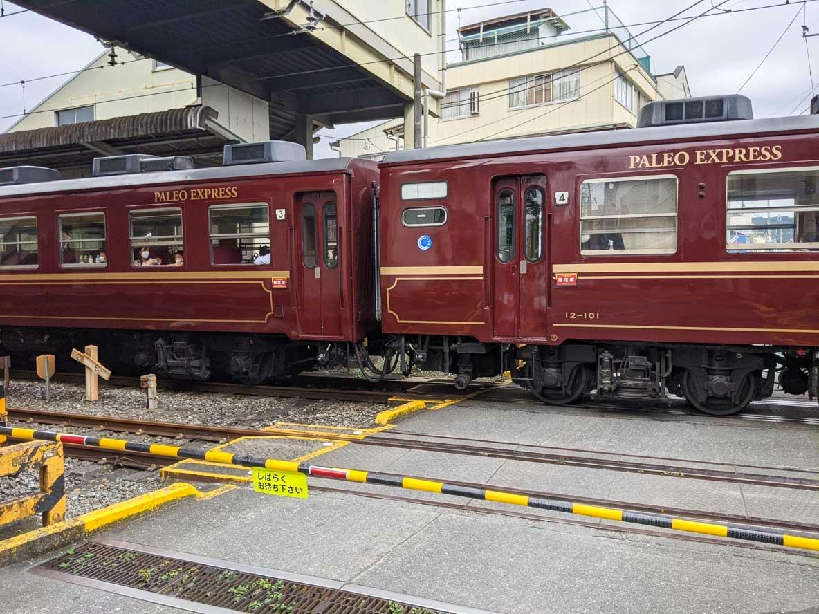 秩父鉄道の蒸気機関車と客車が御花畑駅で停車中