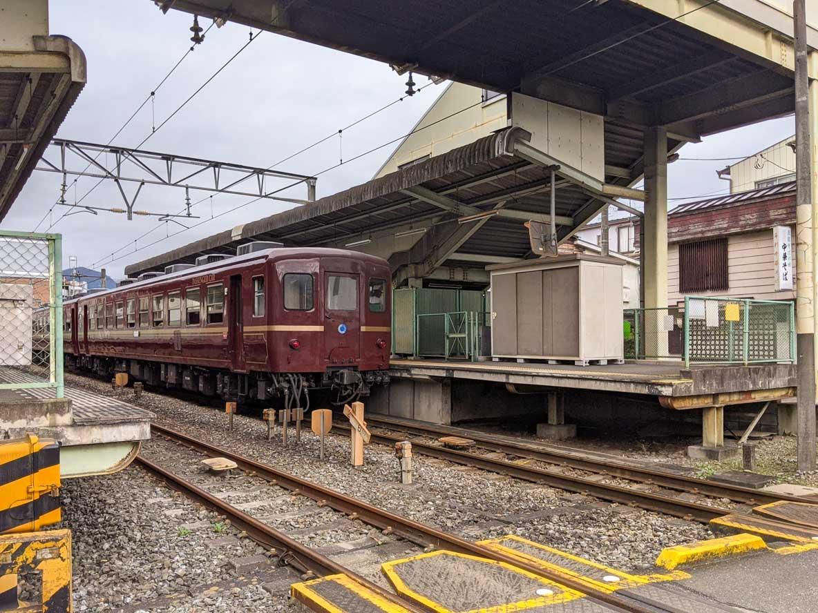 秩父鉄道の蒸気機関車が出発する